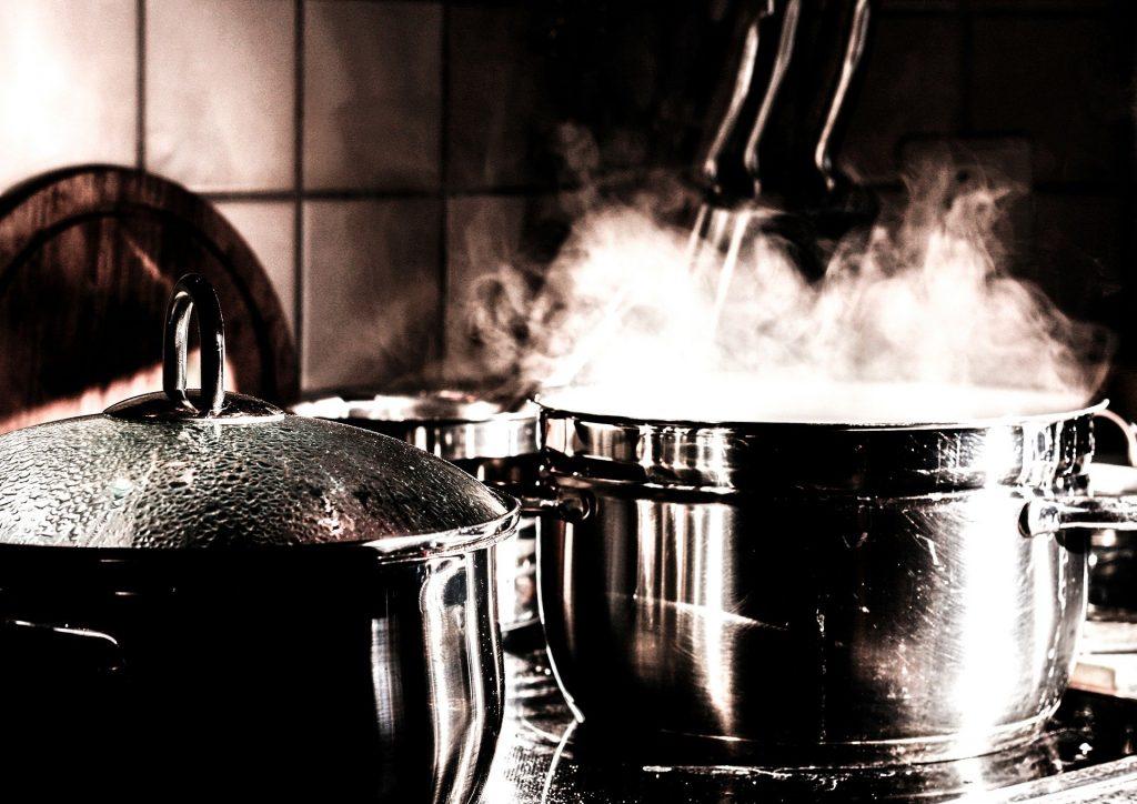 stalowe garnki na kuchni