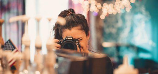 dziewczyna z aparatem fotograficznym na wprost obserwatora