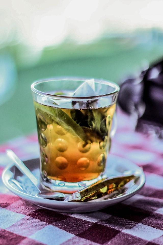 Ziołowe herbaty i napary mogą usprawnić oczyszczenie jelit