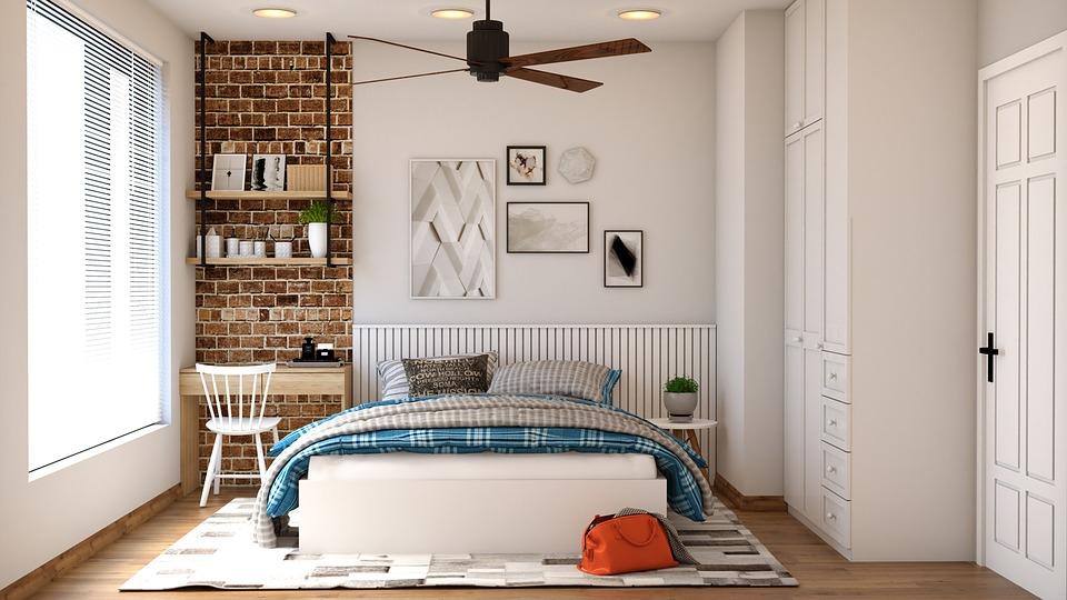 materac z pianką na łóżku w sypialni